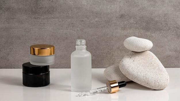 Produtos de beleza modernos em diferentes recipientes
