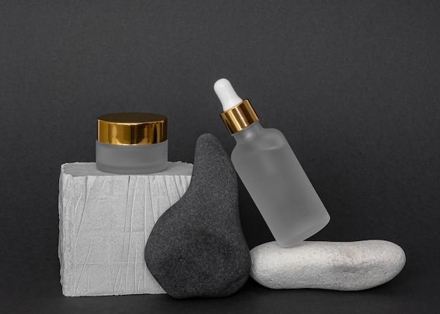 Produtos de beleza modernos em recipientes