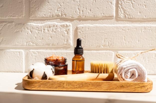 Produtos de beleza spa orgânicos naturais definidos na bandeja de madeira no fundo branco. conceito de estilo de vida sustentável