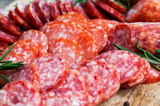 Produtos de carne preparados na fábrica de processamento de carne que estão prontos para comer