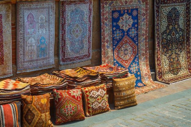 Produtos de carpete feitos à mão no antigo antalya na turquia.