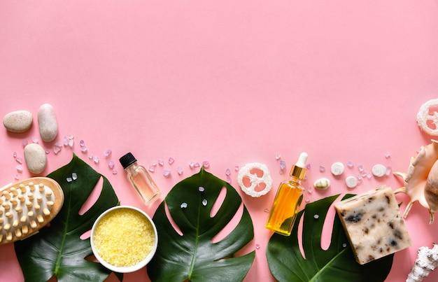 Produtos de cosméticos de spa e acessórios de banheiro ecológico na superfície rosa
