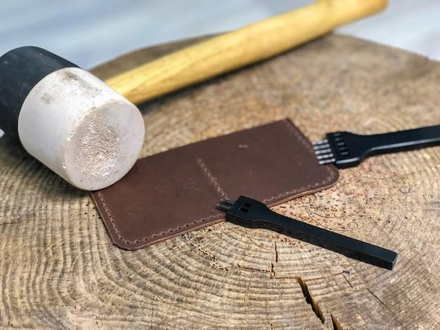Produtos de couro mestre produz trabalho da pele