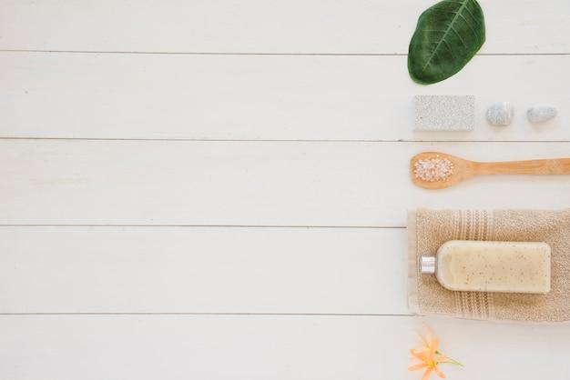 Produtos de cuidado de pele colocados em linha na superfície branca