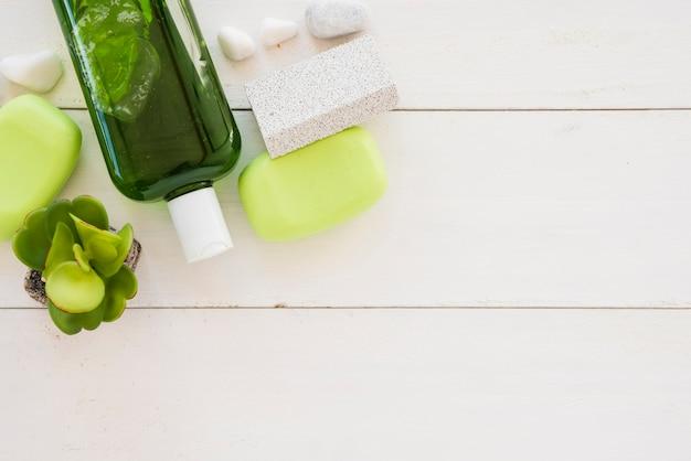 Produtos de cuidado de pele decorados com folhas em uma tigela