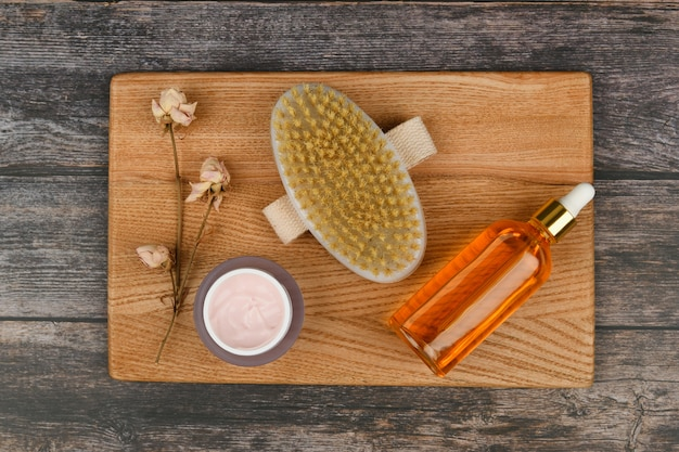 Produtos de cuidado de pele em um espaço de madeira. escovas de massagem anti-celulite. . escova de massagem. acessórios para massagem. flatley. conceito de cuidados ecológicos. produtos de cuidados com a pele em branco.