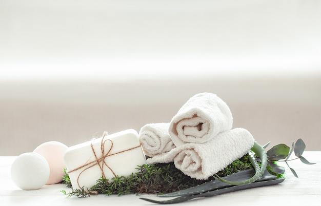 Produtos de cuidados com a pele e aloe vera em fundo branco.