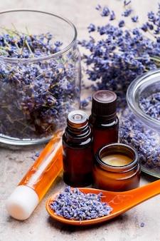 Produtos de cuidados com o corpo de lavanda. aromaterapia, spa e saúde natural