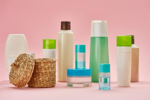 Produtos de cuidados da pele em tubos, vista do close up. conceito de procedimentos de saúde matinais, ferramentas de higiene, estilo de vida saudável