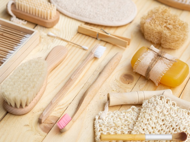 Produtos de cuidados de alto ângulo na mesa de madeira