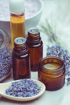 Produtos de cuidados do corpo de lavanda, spa e conceito de saúde natural