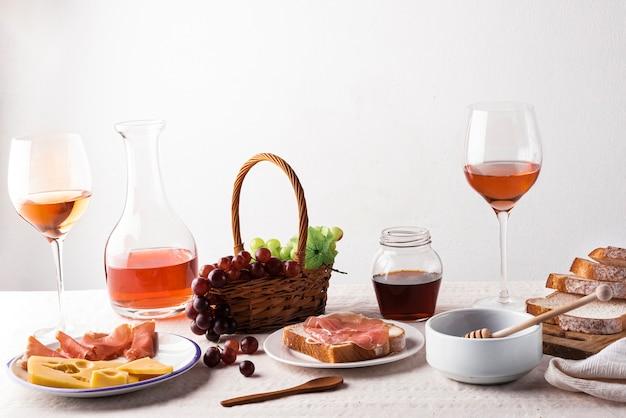 Produtos de degustação de vinhos em uma mesa