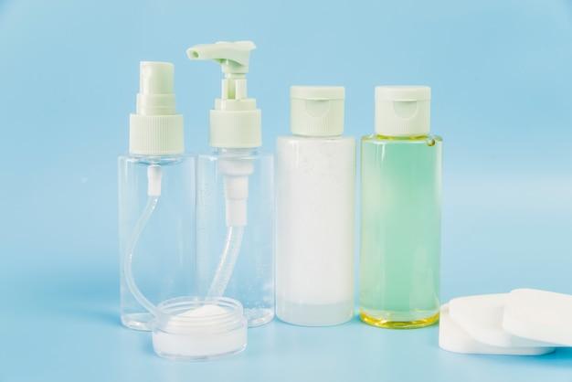Produtos de ervas spa com esponjas brancas sobre fundo azul