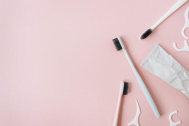 Produtos de higiene bucal: escovas de dente, creme dental, fio dental em rosa