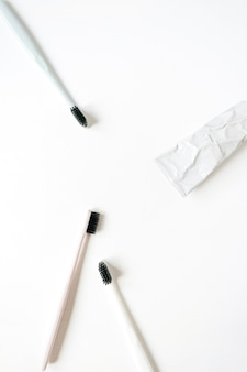 Produtos de higiene bucal: escovas de dente, pasta de dente em fundo branco