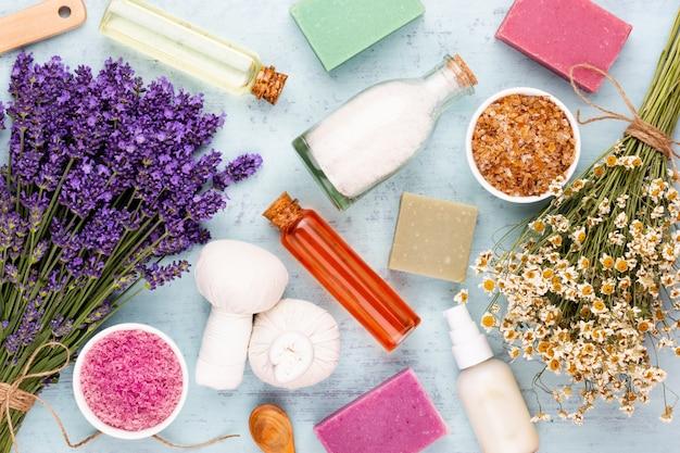 Produtos de higiene e buquê de lavanda fresca no fundo da mesa de madeira branca