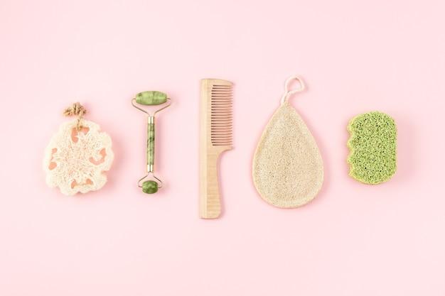 Produtos de higiene natural, bambu ou esponja de bucha em fundo rosa claro