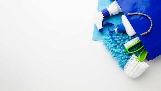 Produtos de higiene no espaço da cópia do saco