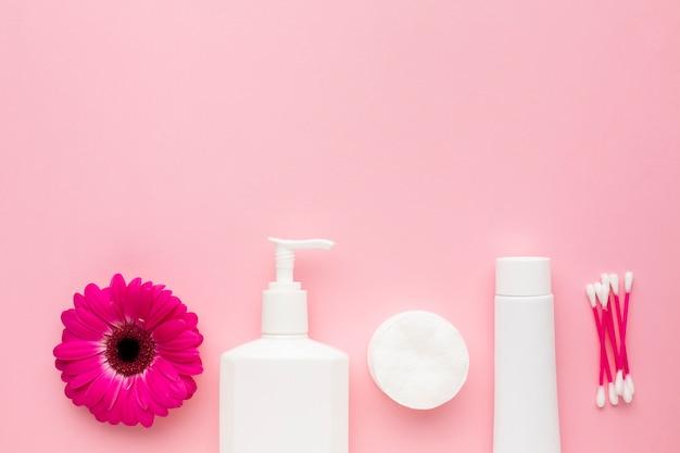 Produtos de higiene pessoal com espaço para texto