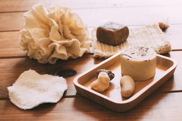 Produtos de higiene pessoal femininos naturais e ecológicos em base de madeira natural conceito de desperdício zero