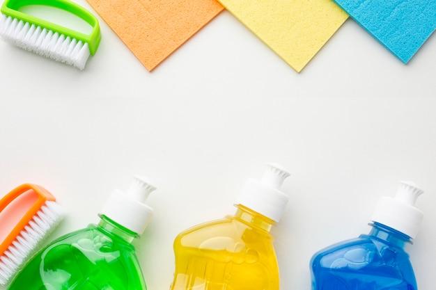 Produtos de limpeza coloridos copiam o espaço