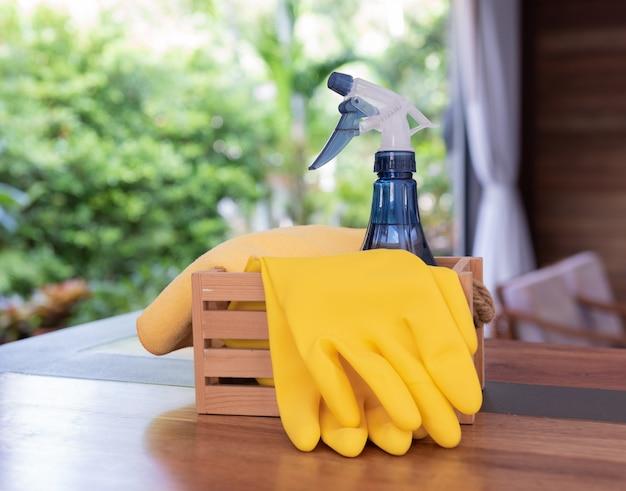 Produtos de limpeza doméstica colocados na mesa de madeira da sala de estar