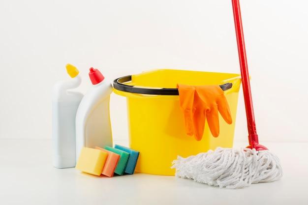 Produtos de limpeza e esfregão vista frontal