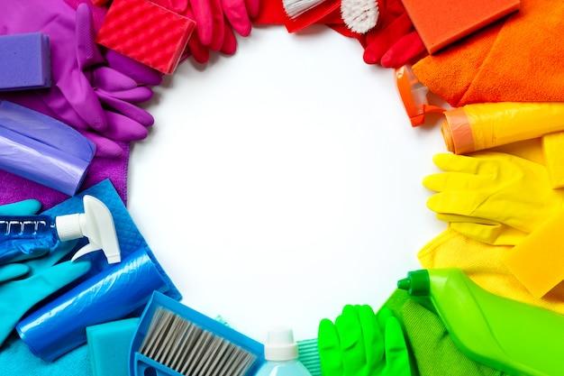 Produtos de limpeza e ferramentas de cores diferentes, isoladas no branco