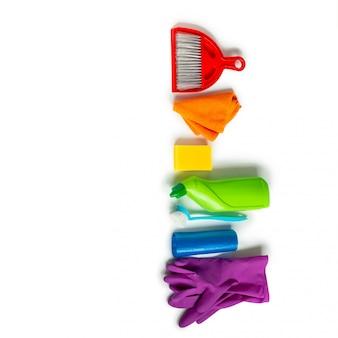 Produtos de limpeza e ferramentas isoladas em branco