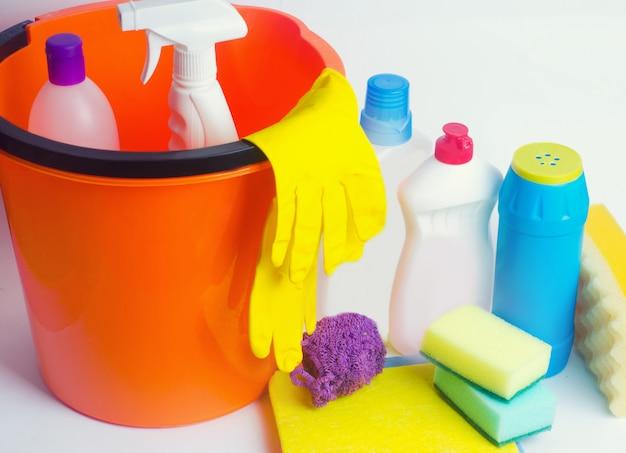 Produtos de limpeza em um fundo branco isolado, tarefas domésticas, suprimentos, conceito de limpeza