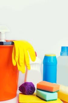 Produtos de limpeza em um fundo branco isolado, tarefas domésticas