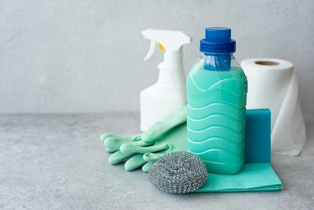 Produtos de limpeza, esponjas e luvas de borracha