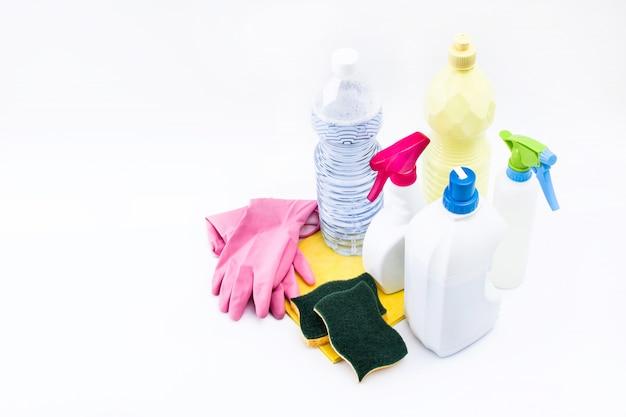 Produtos de limpeza isolados no branco copie o espaço