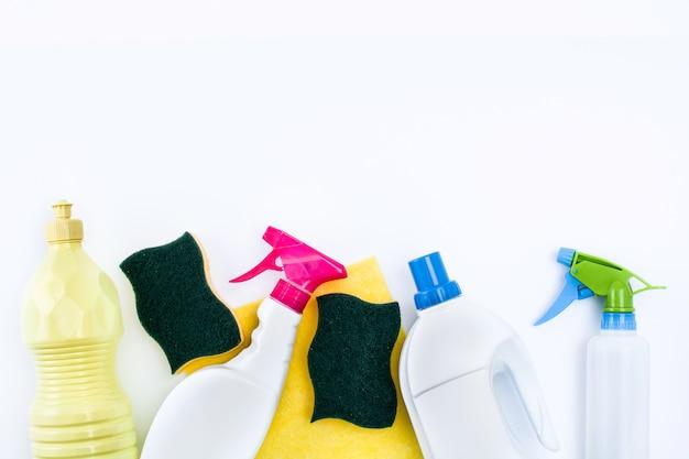 Produtos de limpeza isolados no branco vista superior