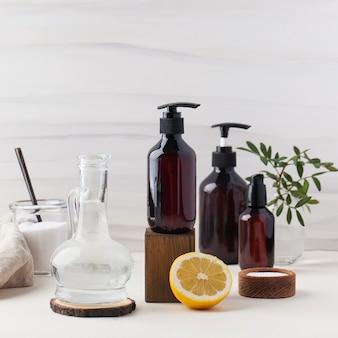 Produtos de limpeza naturais e ecológicos, como vinagre de refrigerante e limão