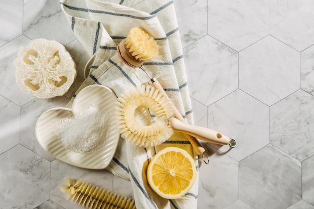 Produtos de limpeza naturais, limão e bicarbonato de sódio com escovas de prato de bambu. eco amigável. conceito de desperdício zero. sem plástico.