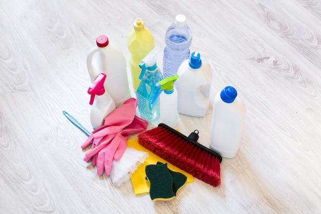 Produtos de limpeza no chão branco