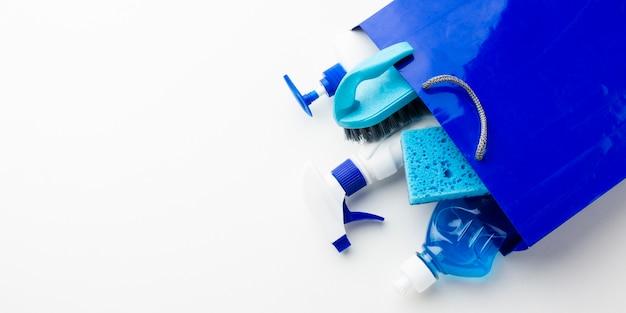 Produtos de limpeza no espaço da cópia do saco