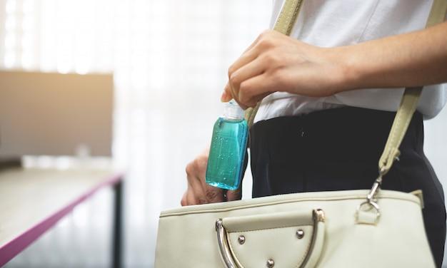 Produtos de limpeza para as mãos ou gel de álcool para limpeza de bactérias e vírus coronavírus ao fazer recados. conceitos médicos ou de saúde.