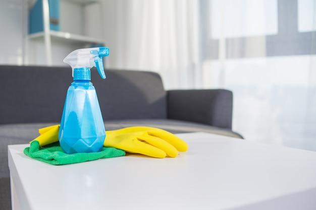 Produtos de limpeza para casa de mesa: spray, luva