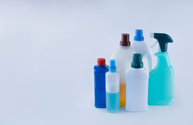Produtos de limpeza para desinfecção conceito de saúde imagem com espaço para texto