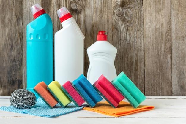 Produtos de limpeza para limpeza, esponjas e panos.