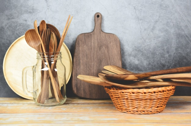 Produtos de madeira de ferramentas de cozinha natural / fundo de utensílios de cozinha com colher