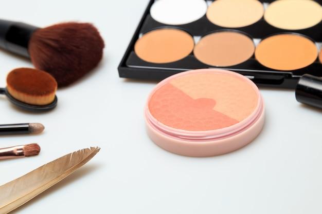 Produtos de maquiagem branco fundo