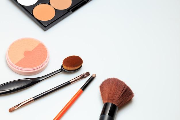 Produtos de maquiagem branco