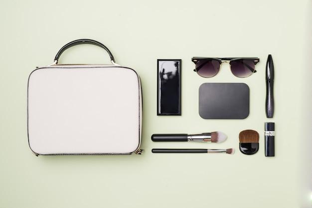 Produtos de maquiagem com bolsa de cosméticos na cor de fundo