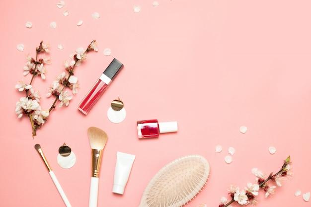Produtos de maquiagem com cosmética e branca pequena bolsa elegante em luz coral vivo