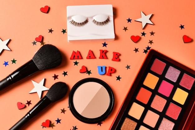 Produtos de maquiagem com produtos cosméticos de beleza, sombras, cílios, pincéis e ferramentas