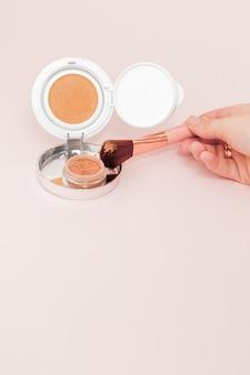 Produtos de maquiagem derramando rosa