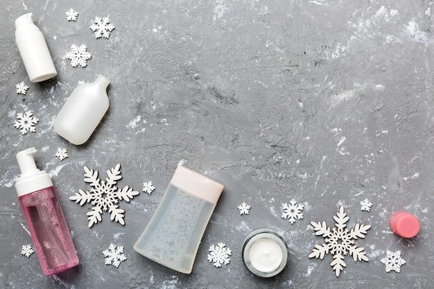 Produtos de maquiagem e decorações de natal na cor de fundo. vista superior do conceito de beleza de ano novo com espaço de cópia